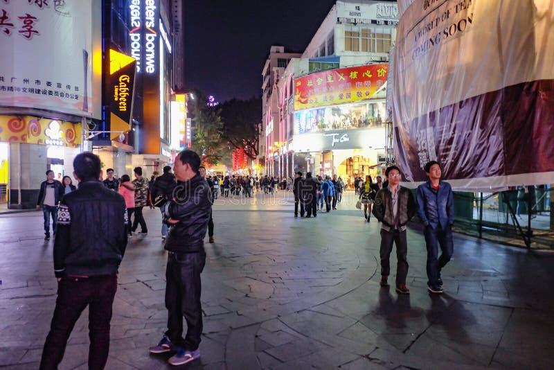Unacquainted kinesiskt folk som går i 'den beijing vägen 'den berömda gå gatan i guangzhou stadsporslin royaltyfri bild