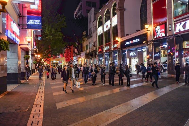 Unacquainted kinesiskt folk som går i 'den beijing vägen 'den berömda gå gatan i guangzhou stadsporslin arkivbild