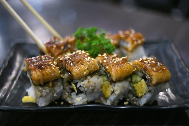 Unagi-Fische innerhalb Sushi maki Rolle lizenzfreies stockfoto