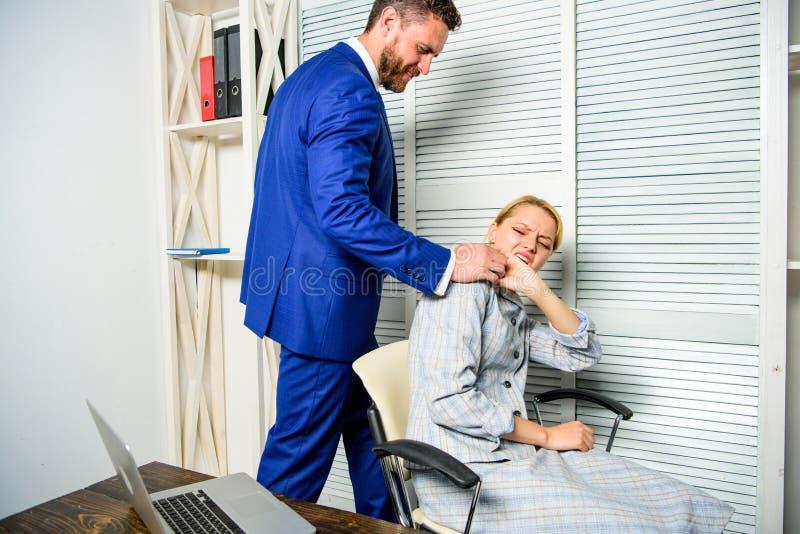 Unannehmbares Verhalten des Chefs mit unterstelltem Angestelltem Chefnotenschulter des weiblichen Bürokollegen Müde Arbeitnehmeri lizenzfreie stockfotografie