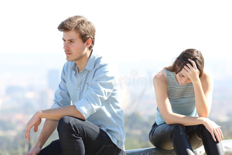 Unartiger Junge, der mit seinem Paarauseinanderbrechenkonzept argumentiert stockbilder