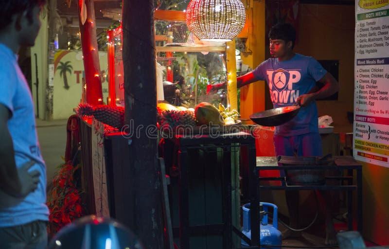 Unawatuna, Sri Lanka - Februari 2018: Avondstraat in Sri Lanka  royalty-vrije stock foto