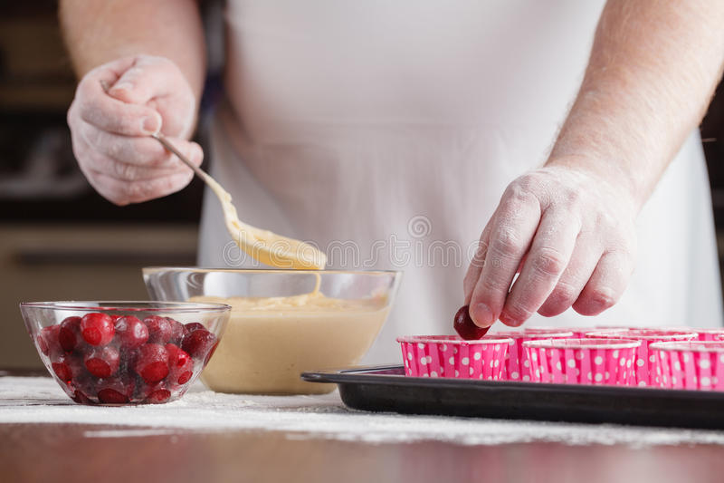 Unbaked muffins muffin εγγράφου σε περιπτώσεις σε ένα φύλλο ψησίματος διακοσμούν στοκ φωτογραφίες με δικαίωμα ελεύθερης χρήσης