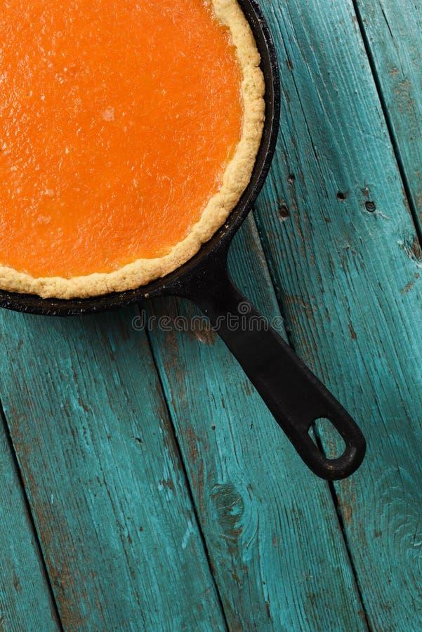 Unbedeutende Art des traditionellen selbst gemachten offenen Kürbiskuchens Fragment des hellen farbigen Kürbistörtchens in geworf lizenzfreie stockfotografie