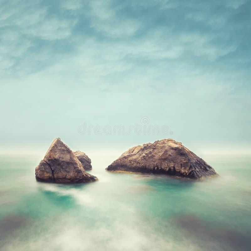 Unbedeutender Meerblick. Küstensonnenaufgang. stockfoto