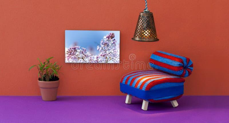 Unbedeutender Wohnzimmermöbelinnenraum Gestreiftes Stuhlsofa-, Weinleselampen-, Blumentopf- und Frühlingsbild des blauen Rotes an stockfotos