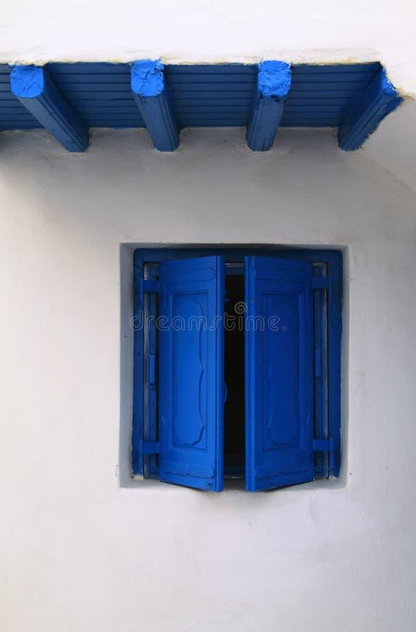 Unbedeutendes blaues Fenster auf Whitewash lizenzfreie stockfotografie