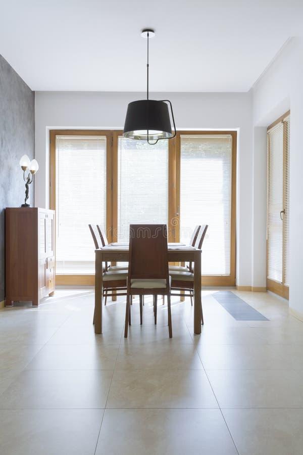 Download Unbedeutendes Esszimmer Mit Holztisch Stockfoto - Bild von beige, dekoration: 96935996