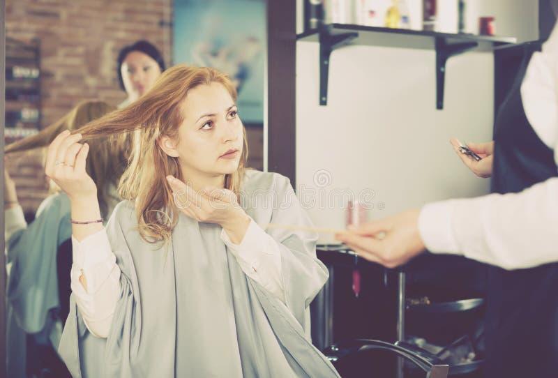 Download Unbefriedigte Frau Ist Durch Ihren Haarschnitt Umgekippt Stockbild - Bild von haar, fenn: 90234485