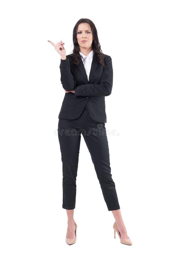 Unbefriedigter junger korporativer weiblicher Manager, der mit rüttelnder Fingergeste schilt stockfoto