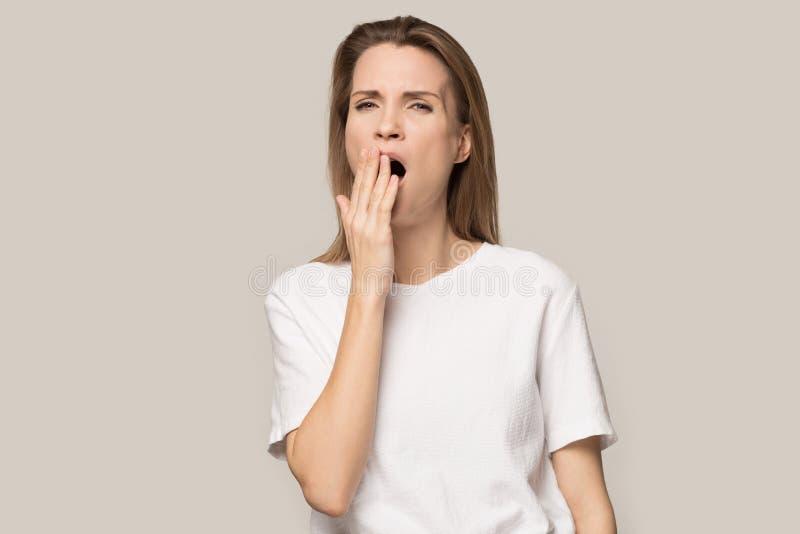 Unbefriedigter Showdaumen der jungen Frau unten missfallen mit Service stockfotografie