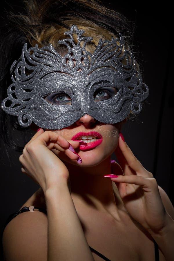 Unbekannte Frau in der alten Artmaske lizenzfreie stockfotografie