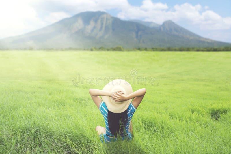 Unbekannte Frau, die schönen Berg genießt stockfotos