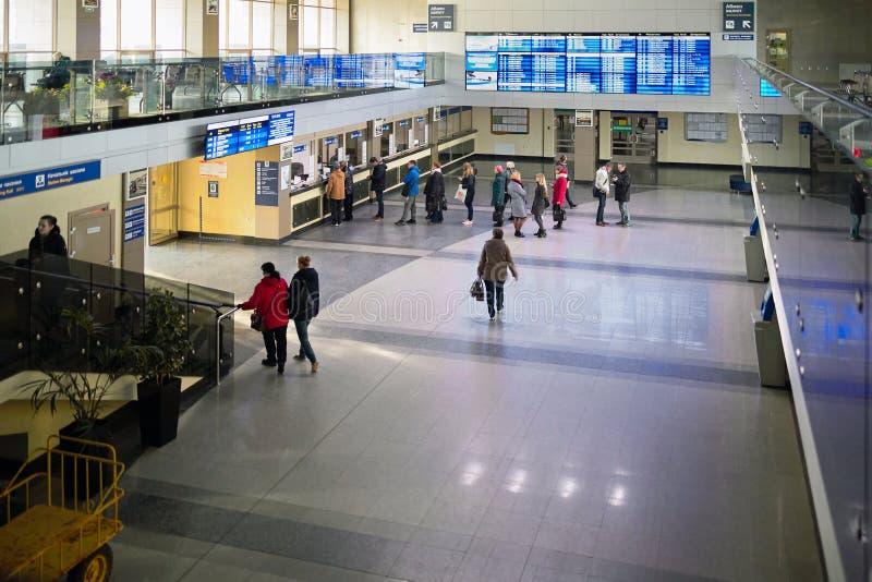 Unbekannte kaufen Tickets am Ticketschalter des europäischen Bahnhofs Grodno oder Hrodna Belarus stockfotos