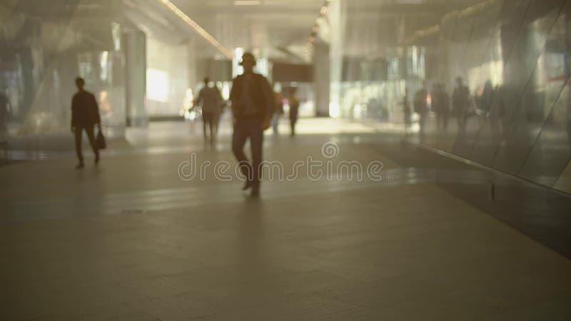 Unbekannte Leute in der zufälligen Kleidung gehen am Bahnhof lizenzfreie stockbilder