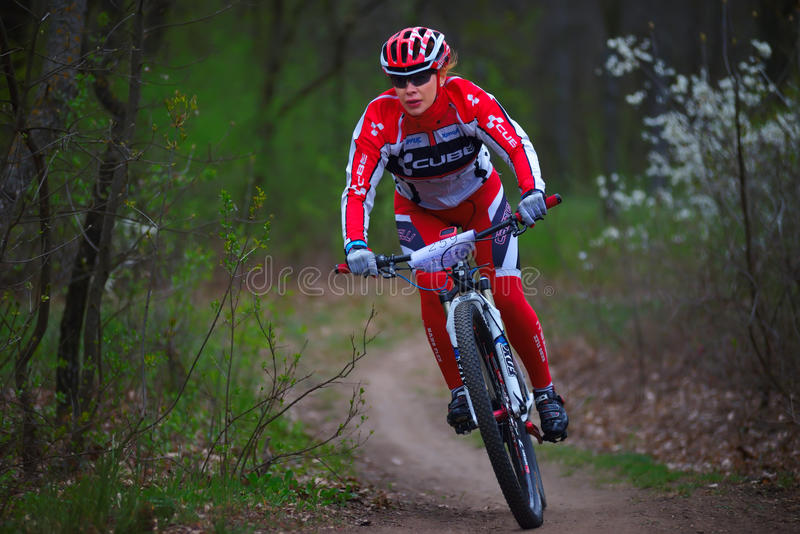 Unbekannte Mountainbikeradfahrerfrau lizenzfreie stockfotografie