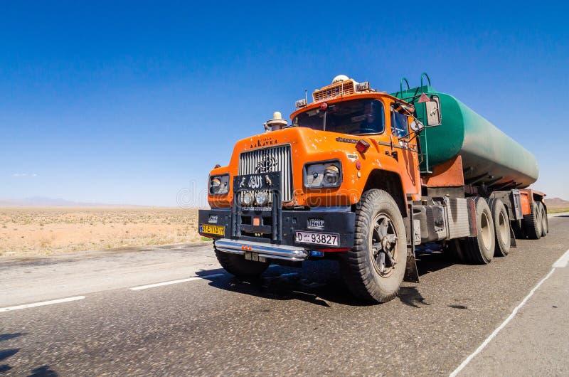 Unbekannte Straße, der Iran - 22. Mai 2017 Orange iranischer LKW, der auf die Straße geht stockfotos