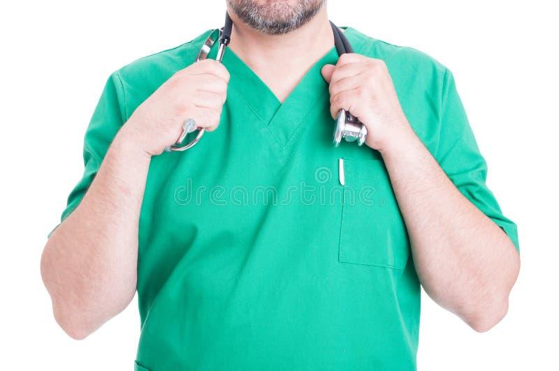 Unbekannter männlicher Doktor, der sein Stethoskop hält lizenzfreies stockfoto