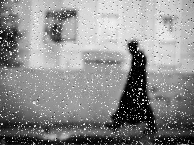 Unbekannter Regen-Wanderer lizenzfreie stockbilder