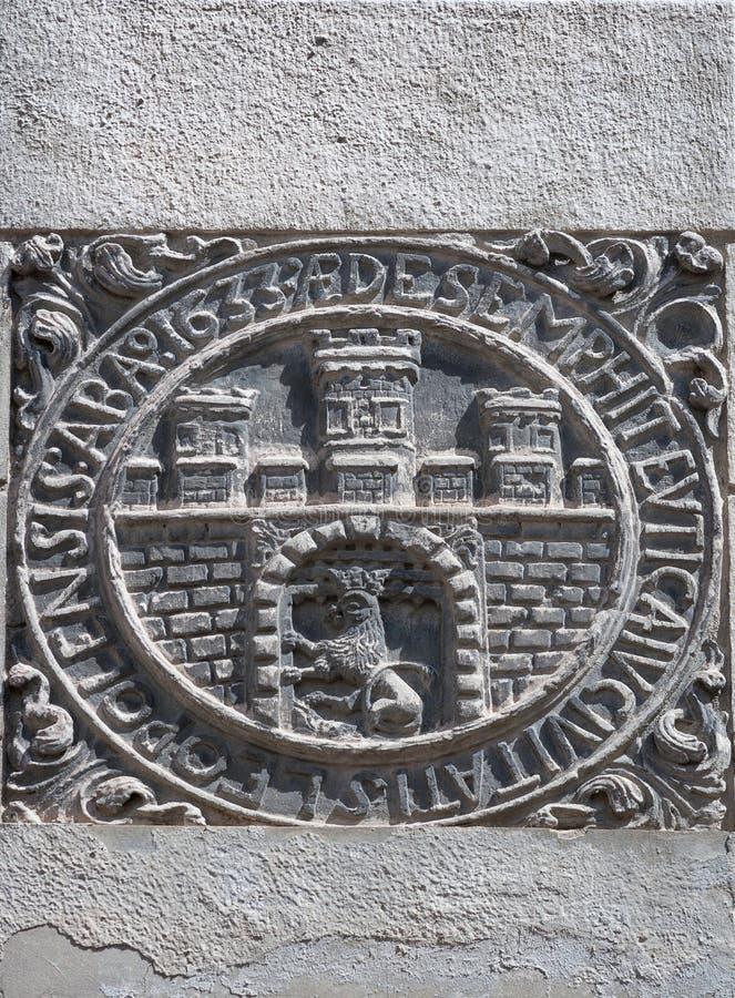 Unbekanntes altes Wappen in Lemberg, Ukraine stockfotos