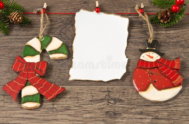 Unbelegte Anmerkung mit Weihnachtsdekoration stockfotos