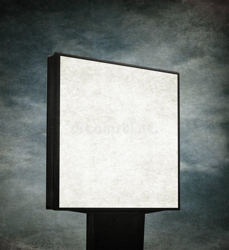 Unbelegte Anschlagtafel über grunge Hintergrund lizenzfreie stockbilder
