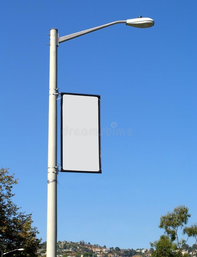 Unbelegte Fahne auf hellem Pfosten stockfotografie