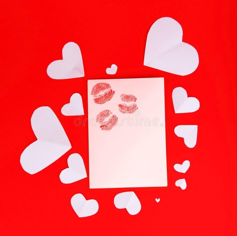 Unbelegte Karte mit roten Küssen lizenzfreie stockbilder