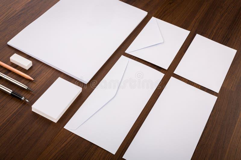 Unbelegte Schablone Bestehen Sie aus Visitenkarten, Briefkopf a4, Stift, e stockfotos