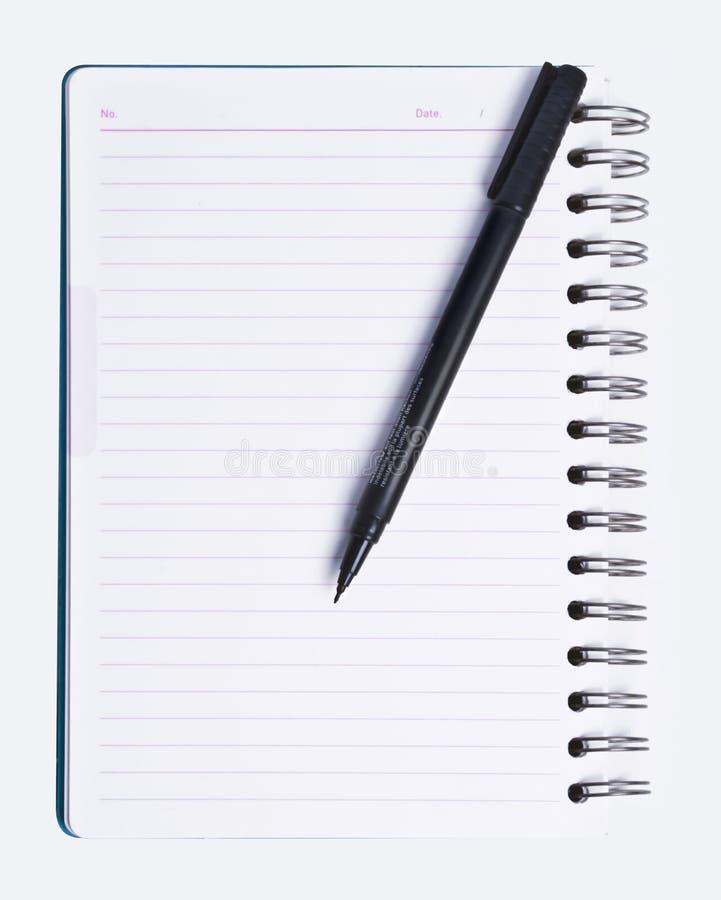 Unbelegte Spirale zeichnete Notizbuch und schwarze Feder lizenzfreie stockbilder