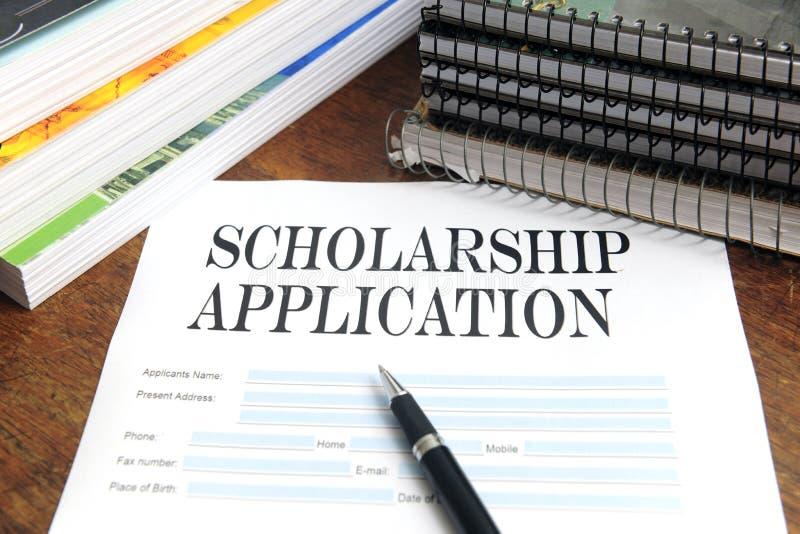 Unbelegte Stipendiumanwendung auf Schreibtisch stockbild