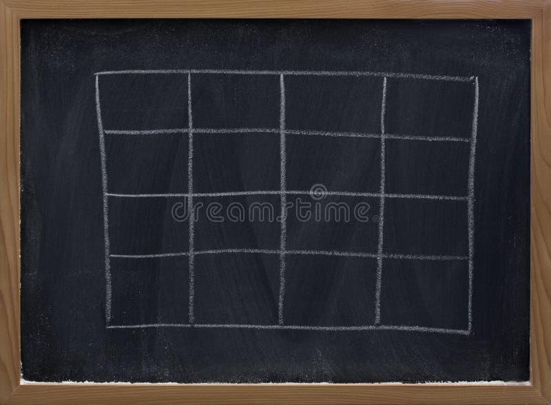 Unbelegte Tabelle auf Tafel stockbilder