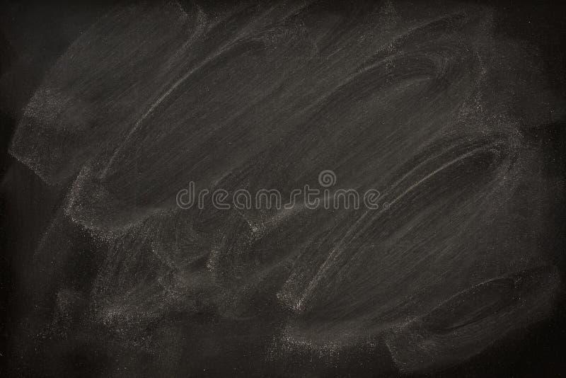 Unbelegte Tafel mit Kreideschmierstellen stockfotos