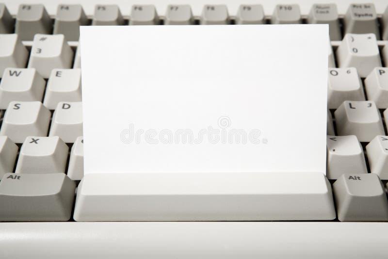 Unbelegte Visitenkarte- und Computertastatur stockbild