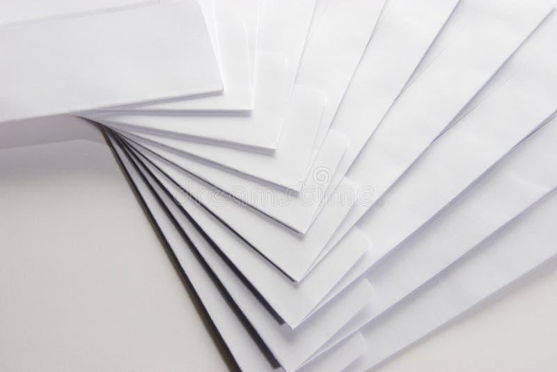 Unbelegte weiße Umschläge stockfoto