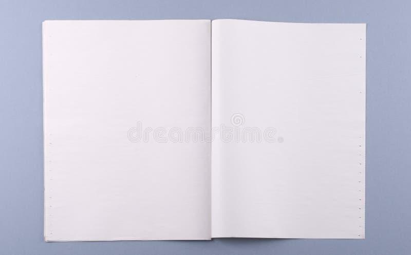 Unbelegte Zeitschrift ausgebreitet mit Ausschnittspfad stockfotos