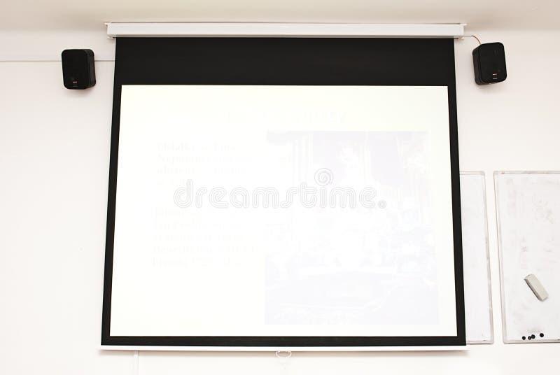 Unbelegter Konferenzsaalprojektorbildschirm und -audio lizenzfreies stockfoto