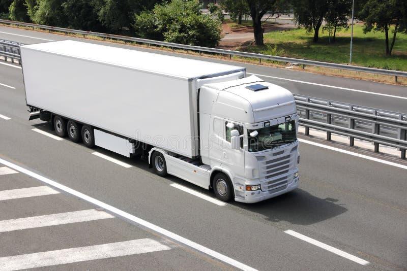 Unbelegter weißer LKW stockbild