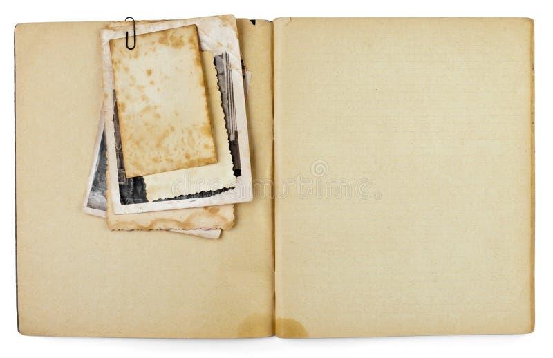 Unbelegtes altes geöffnetes Tagebuch mit Fotos stockbilder