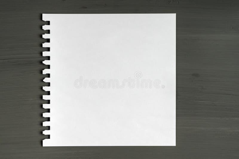 Unbelegtes Blatt Papier auf hölzernem Hintergrund lizenzfreie stockfotos