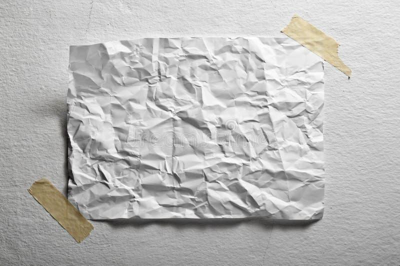 Unbelegtes Blatt Papier zerknittert lizenzfreie stockbilder