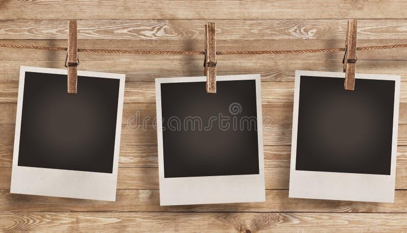 Unbelegtes Fotofeld auf hölzernem Hintergrund lizenzfreies stockbild