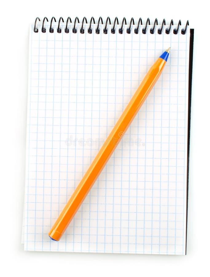 Unbelegtes Notizbuch mit der Feder getrennt auf Weiß lizenzfreies stockfoto