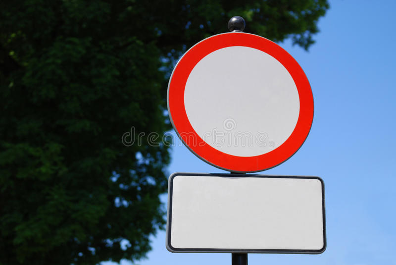 Unbelegtes Verkehrsschild lizenzfreie stockbilder