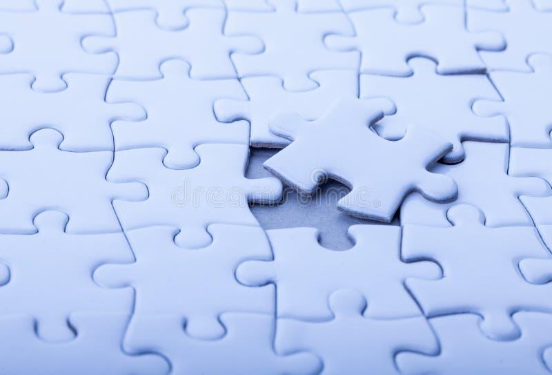 Unbelegtes weißes Puzzlespiel stockfotografie
