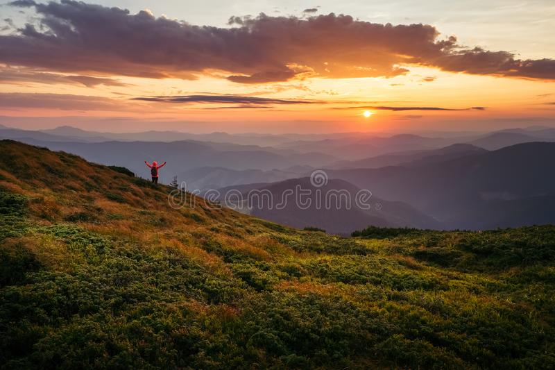 Unbelievably mooie hemel bij zonsondergang in Karpatische bergen stock foto's