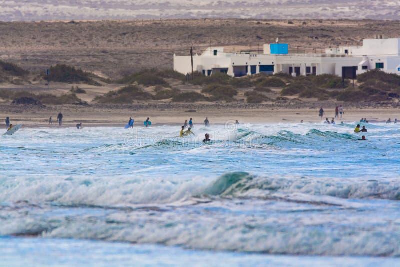Unbestimmte Surfer im Wasser von Atlantik, Winter auf Lanzarot lizenzfreies stockfoto