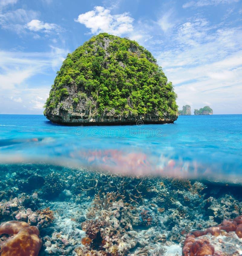 Unbewohnte Insel mit Korallenriffunterwasseransicht lizenzfreie stockfotos