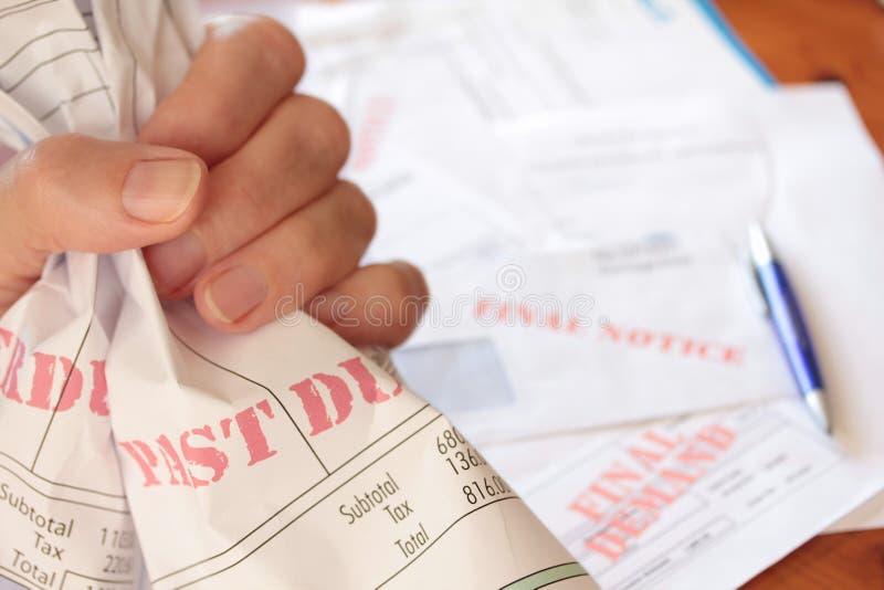 Unbezahlte überfällige Rechnungen in der Hand gekuppelt lizenzfreies stockbild