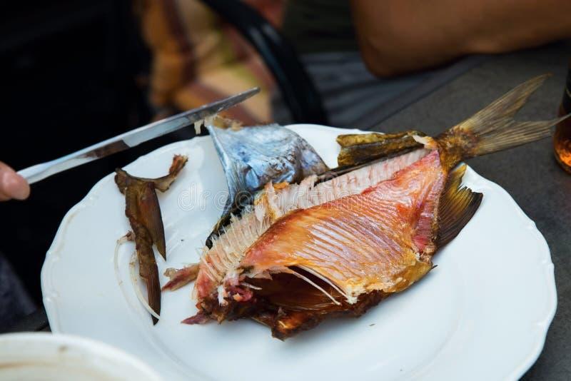 Unboning ha fumato il pesce sul piatto immagini stock libere da diritti
